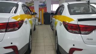 Два белых «KIA RIO»: оклейка по ГОСТ + брендирование «Яндекс Такси»